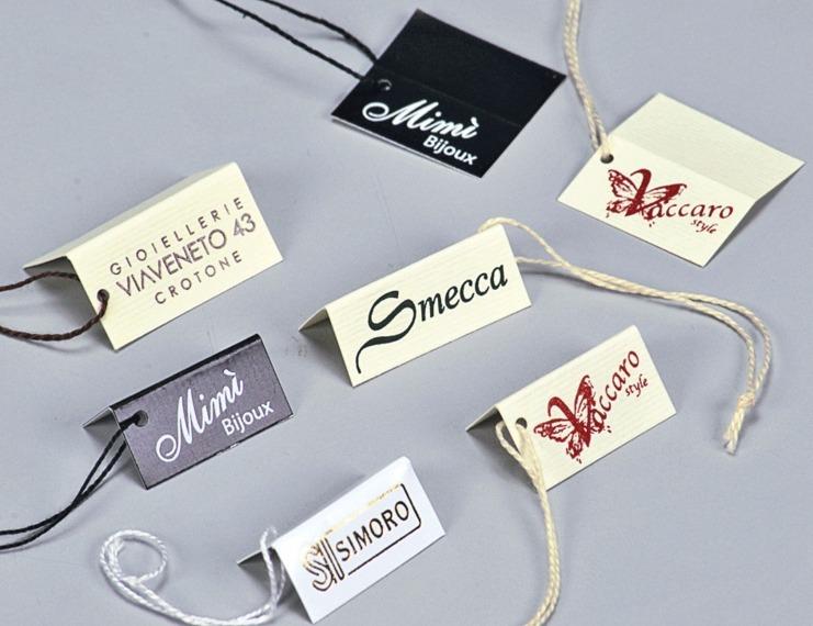 Cartellini segnaprezzi in cartoncino da gr. 250 stampati e infilati con filo cotone - 1 di 4