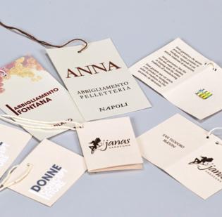 Cartellini in cartoncino stampa a colori infilati con filo cotone formato cm 5,5 x 9 stampa fronte e retro