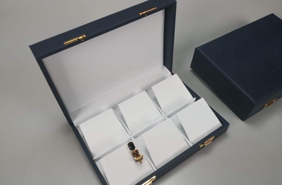 PARTICOLARI DELLE NOSTRE REALIZZAZIONI di Astucci, rotoli e vassoi per gioielli - Progetto 9 di 8